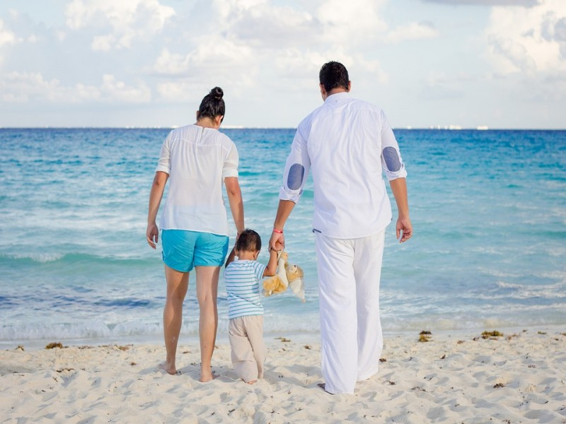 Family on the Beach   Discover Queensland