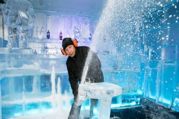 Minus 5 Ice Bar - Ice architect at work - Queenstown Holidays