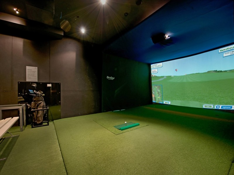 Artique Resort Multimedia Golf Room